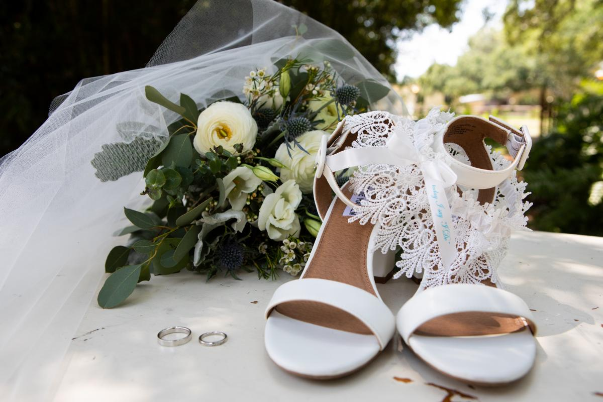 Isabela's wedding day shoes, veil and bouquet