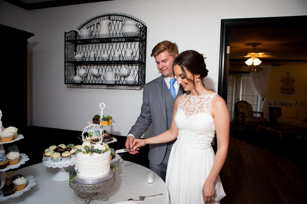 Isabela and Zack cutting the cake
