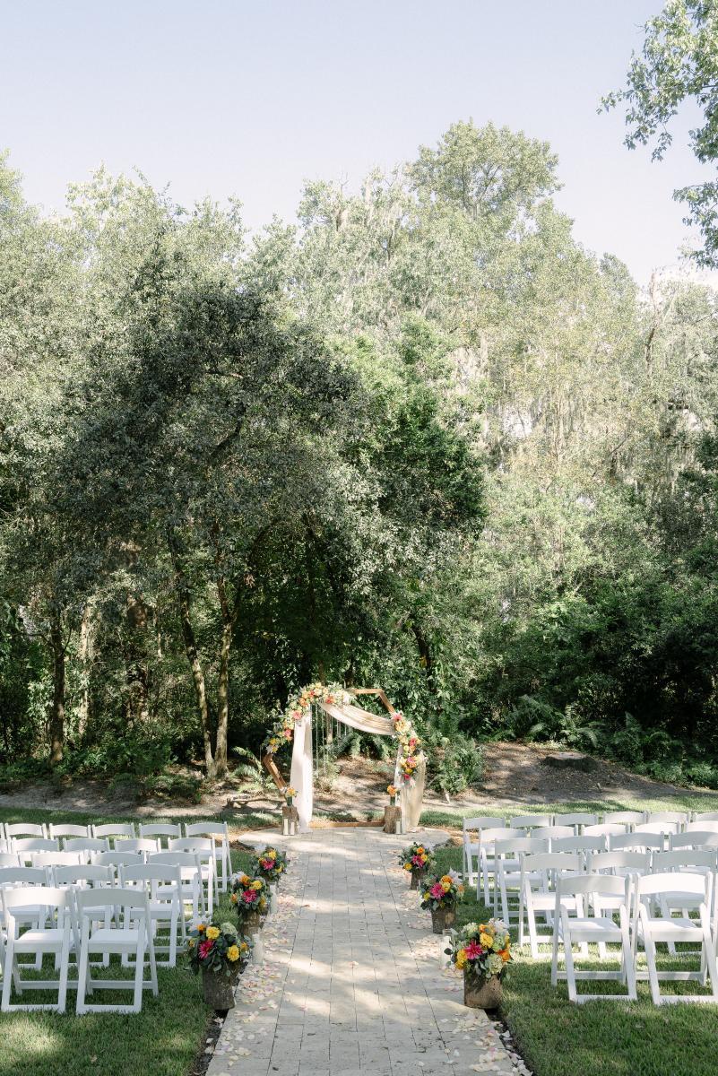 Outdoor wedding ceremony in Florida