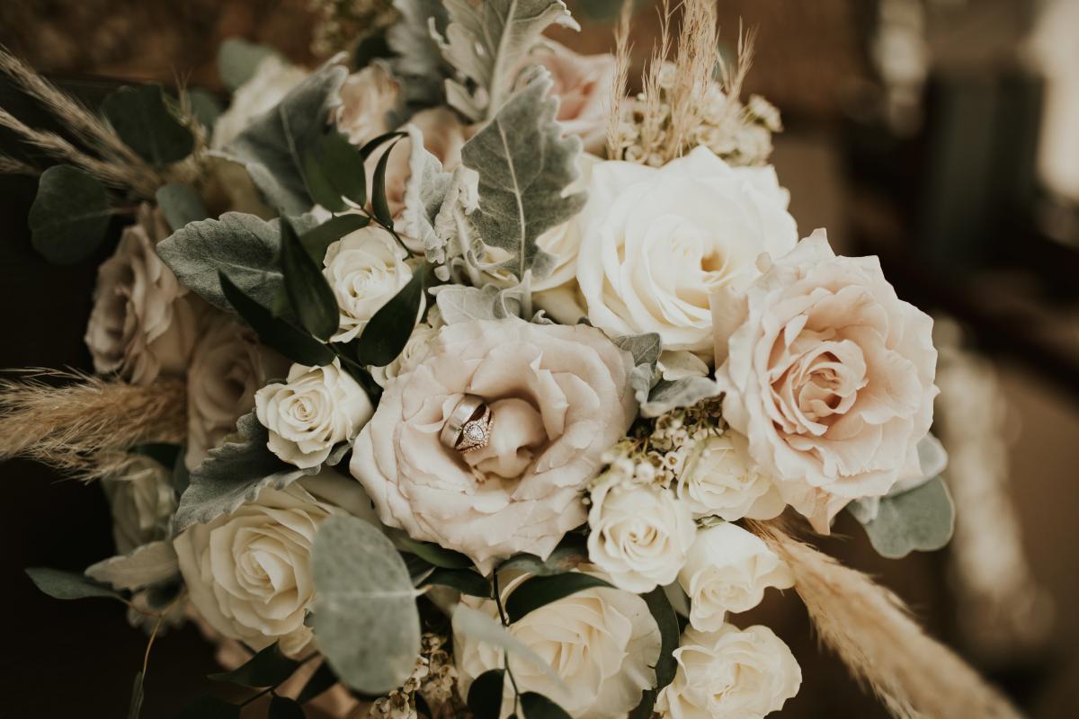 Neutral tone boho wedding flowers