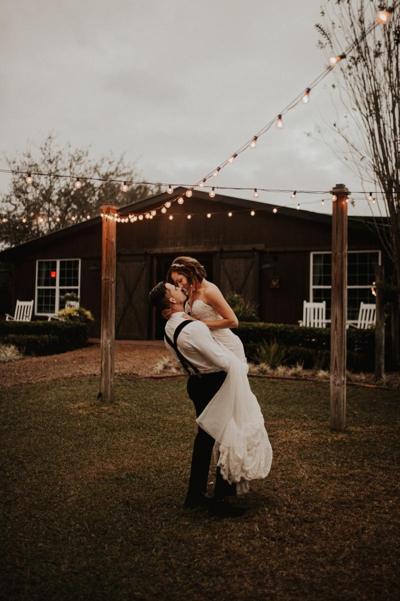 Romantic photos in front of the Carriage House Stable