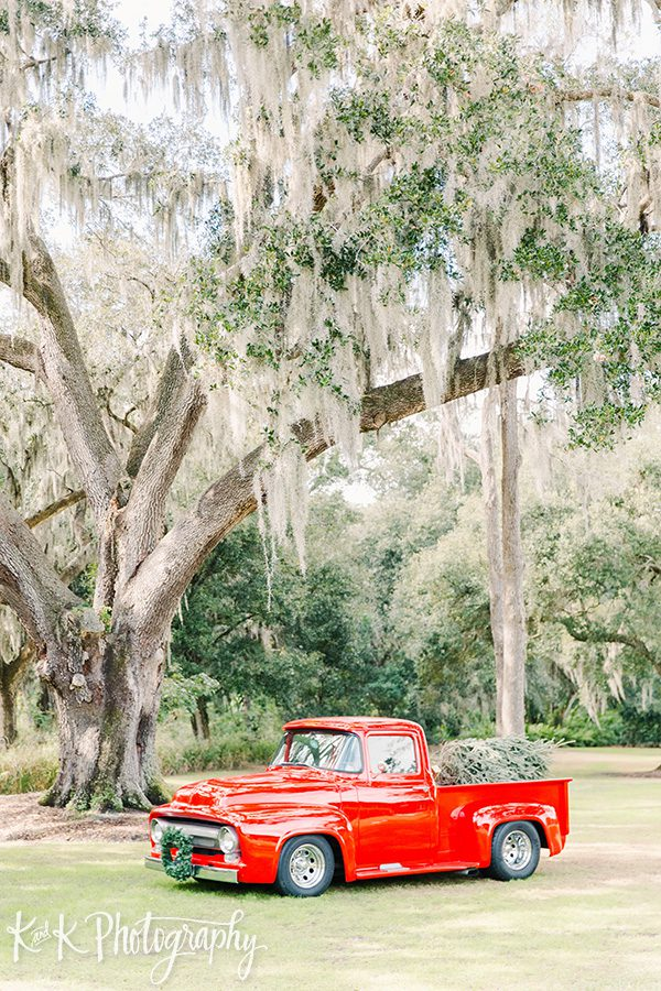 The red truck for this Christmas wedding