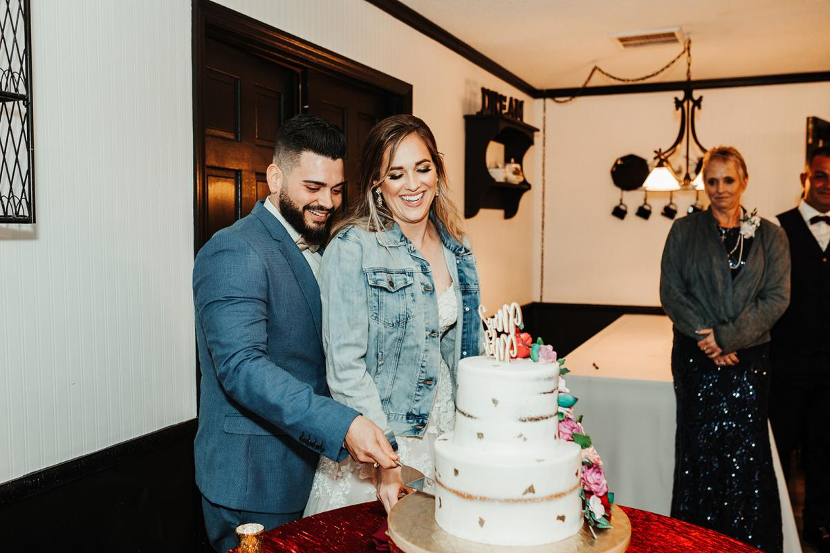 Nina and Carlos cutting the cake