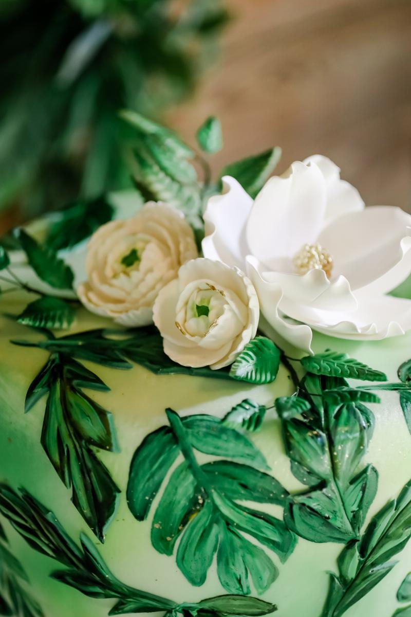 Tropical details on the wedding cake